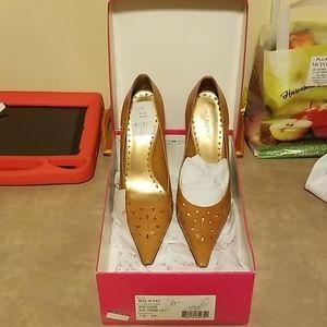 Brand new BCBGirls women's size 10 heels